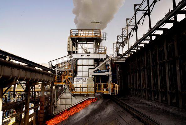 fotografia industrial de baterias de carbon cok