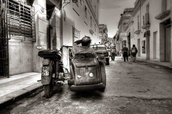 fotografia de viajes de moto con sidecar en La Habana Cuba