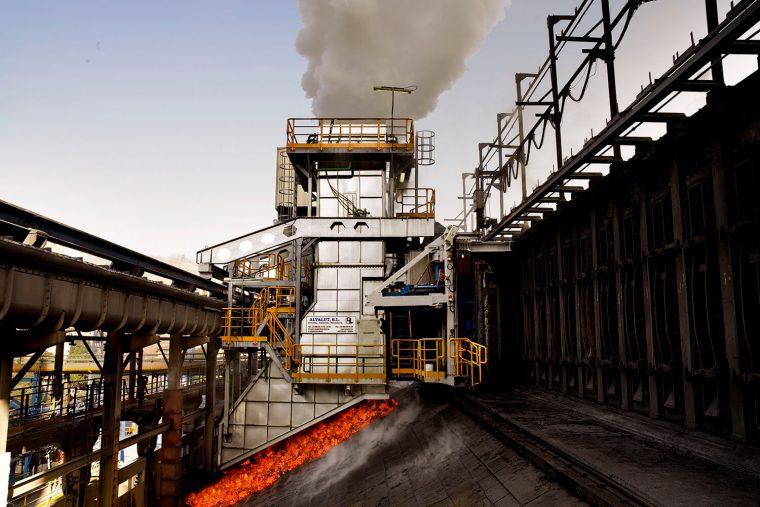 Fotografia industrial de baterías de carbón cok..