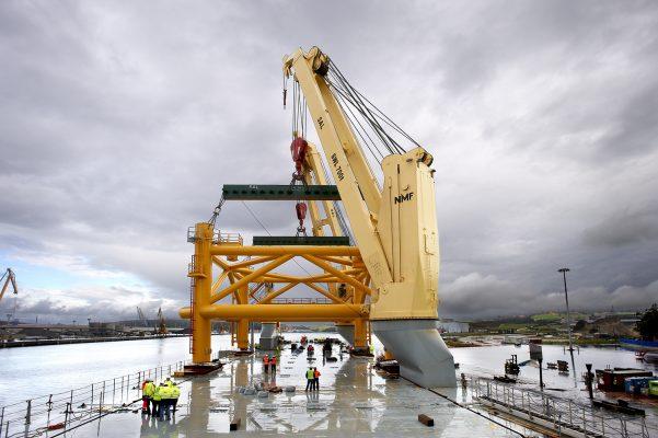 Industrial, Grua, astilleros, avilés, puerto, barcos. Carga de Base Eólica Windar, Puerto de Avilés