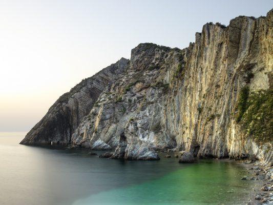 tardecer en la playa del Silencio con sus aguas cristalinas, Cudillero, Asturias, Paraiso natural.