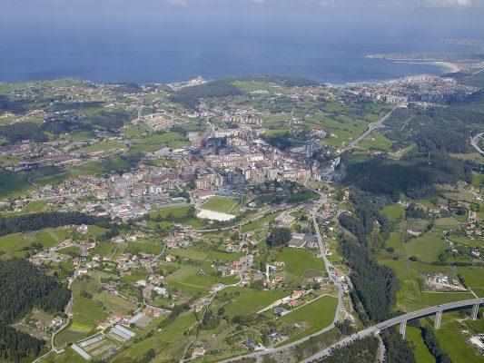 Vista aerea, panorámica del municipio de Castrillón, playa de Salinas al fondo, Asturias, Paraiso natural.
