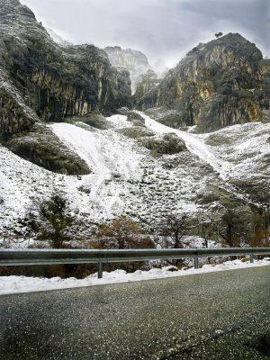 Paisaje de montaña con nieve, Asturias. Paraiso natural.