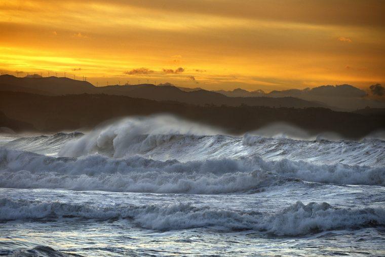 Puesta de sol en la Playa de surf, Salinas, Castrillón, Asturias. Paraiso natural.