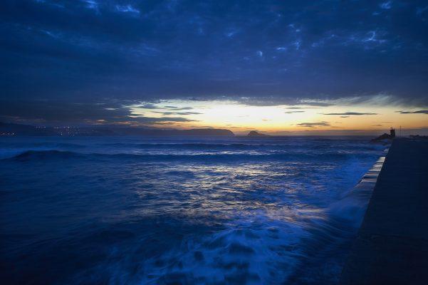 Ocaso, fotografía casi nocturna de la playa de San Juan de Nieva, Castrillón, Asturias, Paraiso natural.