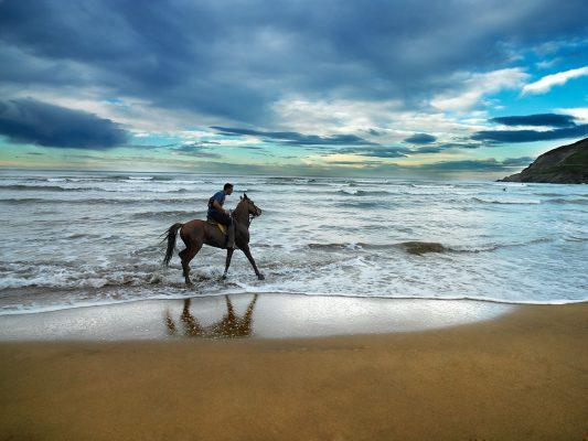 Fotografía de jinete en la playa de Bilbao