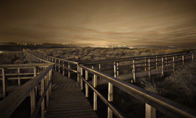 Fotografía nocturna de la senda de las dunas de San Juan de Nieva, Castrillón, Asturias, Paraiso natural.