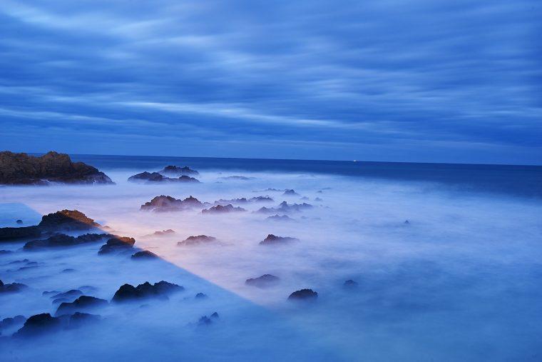 Fotografía nocturna desde el puesto de cudillero, reflejo de la luz de la farola en el agua. Asturias, Paraiso natural.