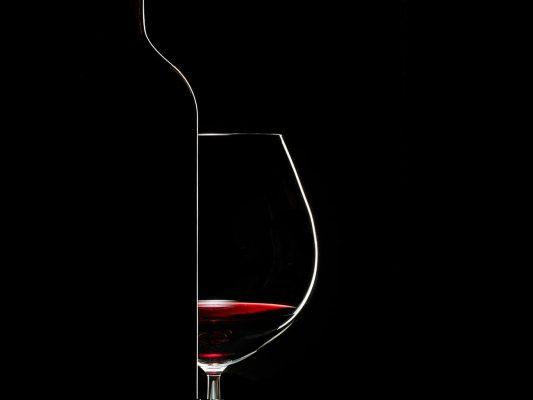 Bodegón de vinos de Ribera de Duero, para la agencia Hispania Comunicación. Fotografía profesional de silueta de botella y copa de vino de Ribera de Duero, a través de Hispania Comunicación para tierra de sabor, Castilla León