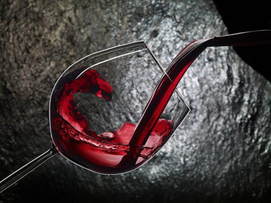 fotografía en movimiento de vino de Ribera de Duero cayendo sobre copa de cristal, encargada por Hispania Comunicación para tierra de sabor, Castilla León