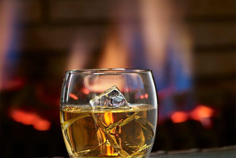 fotografía de bebidas y licores de vaso de whisky para la firma Dkristal, Siero, Asturias.