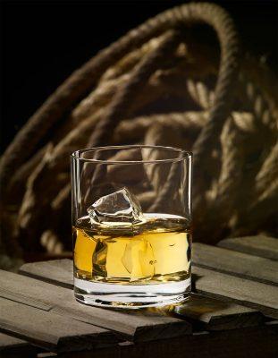Vaso de whisky para la firma Dkristal, Siero, Asturias. Fotografía de bebidas y licores de vaso de whisky para la firma Dkristal, Siero, Asturias.