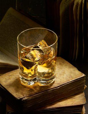 Vaso de whisky para la firma Dekristal, Siero, Asturias. Fotografía de bebidas y licores de vaso de whisky para la firma Dkristal, Siero, Asturias.