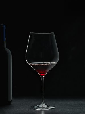 Copa y botella de vino - Dkristal, Siero, Asturias.