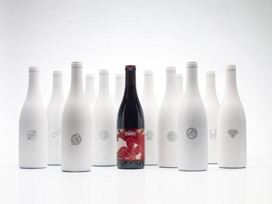 Contraste de botella de vino tino con botellas blancas.