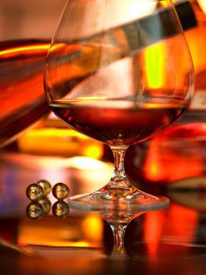 fotografía de bebidas y licores de bodegon con copa de coñac con reflejos dorados para portada de catálogo de Supercash, Avilés, Asturias.